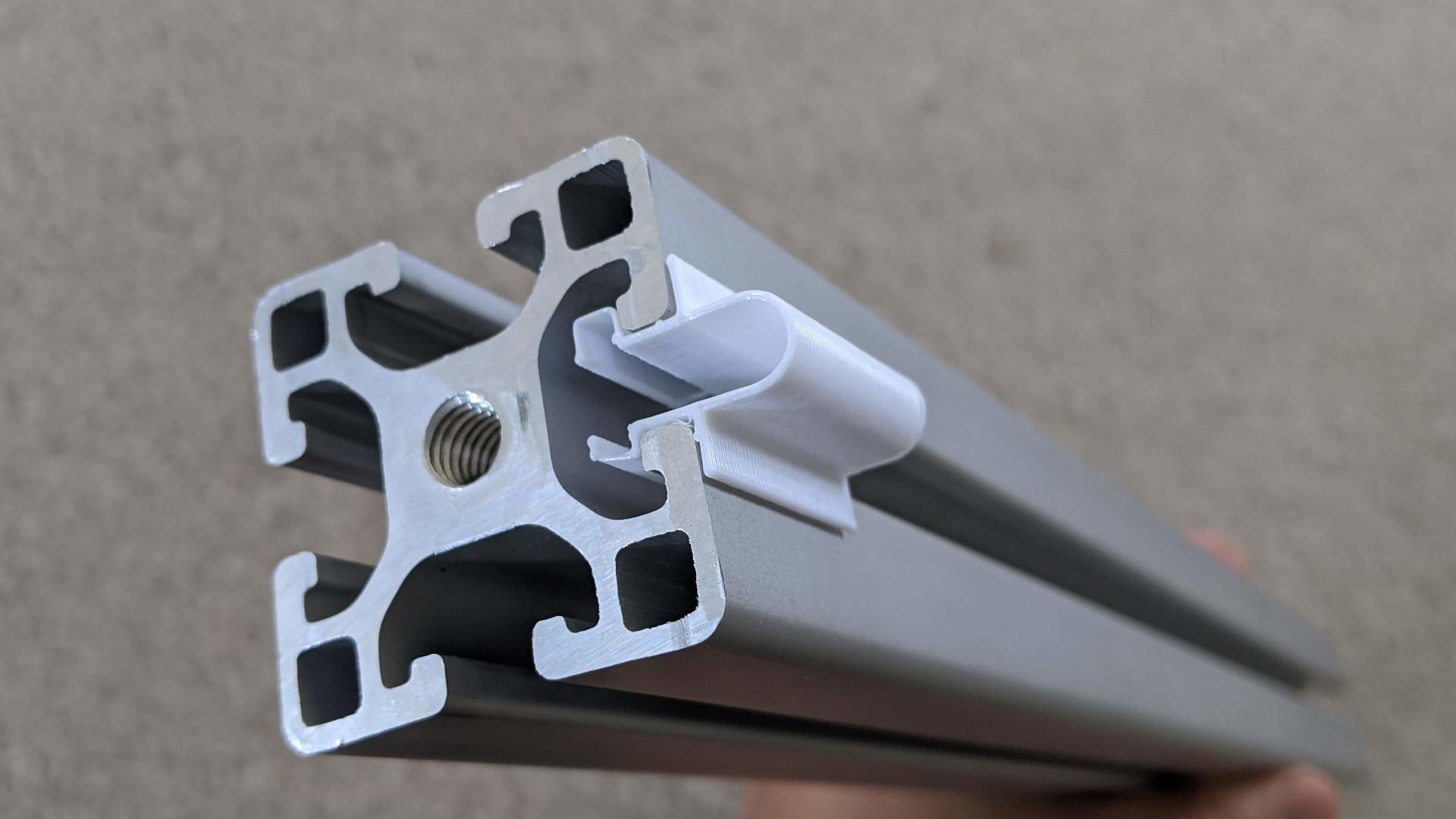 Extrusion slot clip